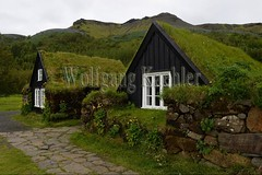 40081368 (wolfgangkaehler) Tags: 2017 europe european iceland icelandic island south southern skogarvillage skogarfolkmuseum museum traditionalarchitecture traditional turfhouse turfhouses earth grass building buildings sod sodhouse sodhouses sodroof exterior nopeople