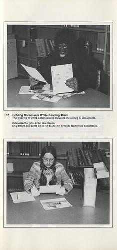 Holding Documents While Reading Them / Documents pris avec les mains