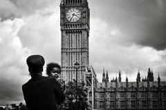 London (monfrez) Tags: big ben london england dragan black white bianco nero londra orologio effetto inghilterra child bimbo bambino braccio stupore