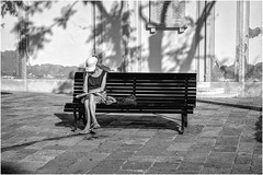 Un moment de pause ! (bertranddorel) Tags: venise venice noiretblanc bw street streetphoto human femme woman bench banc ville town italia europe lecture journal nikon nikkor 50mm personne humain ombres shadows