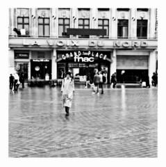 rain on lens (japanese forms) Tags: ©japaneseforms2017 ボケ ボケ味 モノクロ 日本フォーム 黒と白 bw billcallahan blackwhite blackandwhite blancoynegro bokeh candid frankrijk monochrome rain rainonlens random regen rijsel schwarzweis smog square squareformat strasenfotografie straatfotografie streetphotography vlaanderen zwartwit