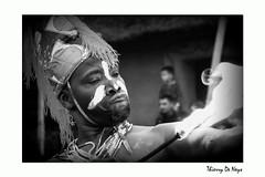 Même pas mal ! / Not even hurt ! (Thierry De Neys - Photographies) Tags: thierrydeneys hainaut belgique belgium belgïe pairidaiza estivales mangeurdefeu feu fllamme fire fireeater brand danseafricaine africandance afrikaansedans nb noiretblanc noirblanc bw vlam flame bras arm huid skin bokeh expression visage portait face gezicht uitdrukking