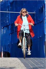 Red, white and Blue (Hindrik S) Tags: streetphoto strjitfotografy straatfotografie straat strjitte streetphotography pijp langepijp ziengs woman frou vrouw frau fyts rad bike bicycle candid sonyphotographing sony sonyalpha a57 α57 slta57 tamron tamronaf16300mmf3563dillvcpzdmacrob016 16300 2017 transport liwwadden leeuwarden ljouwert