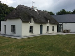 Modern Thatched Cottage at Rosslare Strand (Lonfunguy) Tags: rosslare ireland wexford thatch thatchedcottage modernireland