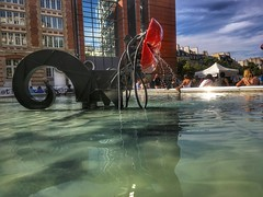 Red lips over water 💦 (LUMEN SCRIPT) Tags: globalurbanart modernart modern ngc paris people life shadow light architecture streetphotography urban fountain water colours mirror reflection travel tourism sculpture lips red w wet vivid colour color