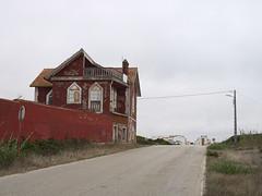 Peniche_e-m10_1018231270 (Torben*) Tags: rawtherapee olympusomdem10 olympusm25mmf18 portugal peniche urlaub vacation house haus ruine ruin rot red strasse road