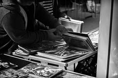 OKSF 95 (Oliver Klas) Tags: okfotografien oliver klas street streetfotografie streetphotography strassenfotografie streetart streetphotographer streetphoto schwarzweis schwarzweissfotografie blackandwhite monochrom personen people menschen persons kinder children kids deutschland germany stadt city kunst art markt suchen