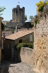 Village de Saint-Emilion, Gironde, France (Tsinoul) Tags: village saintémilion gironde france département33 bordelais vignobledesaintémilion nouvelleaquitaine ruelle tour tourduroy toit nikon d300 nikond300