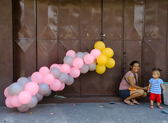 Wonder (Beegee49) Tags: street balloons child staring mother filipina smiling bacolod city philippines