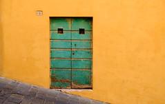 17076616 (felipe bosolito) Tags: door yellow green no1 slope tuscany siena italy fuji xt20 xf1855 velvia