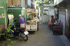 the vegetable lady at work (the foreign photographer - ฝรั่งถ่) Tags: dscsep262015sony vegetable lady street scene working cart grandma baby khlong bang bua bangkok thailand sony rx100