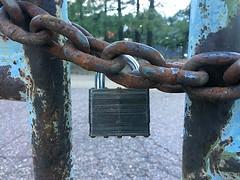 Anglų lietuvių žodynas. Žodis lock in reiškia užrakinti lietuviškai.