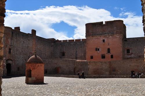 La cour et le donjon, forteresse (XVe-XVIe), Salses, Corbières maritimes,   Roussillon, Occitanie, France.