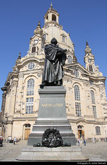 Frauenkirche & Lutherdenkmal, Dresden, Germany (JH_1982) Tags: frauenkirche église notredame 圣母教堂 聖母教会 드레스덴 성모교회 фрауэнкирхе kościół marii panny evangelicallutheran evangelisch church cathedral religion religious christianity christian architecture architektur landmark building historic historisch wiederaufbau reconstructed barock baroque lutherdenkmal monument luther statue altstadt old town oldtown neumarkt 新市场 ноймаркт dresden dresde dresda 德累斯顿 ドレスデン дрезден ड्रेसडेन درسدن sachsen saxony germany deutschland allemagne alemania germania 德国 ドイツ германия martin white dome