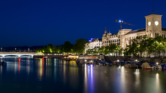 Zürich an der blauen Stunde (HansPermana) Tags: zürich switzerland dieschweiz limmat limmatriver water altstadt city cityscape quaibrücke bluehour blauestunde lights reflection longexposure