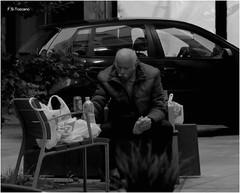 La hora de la cena. Dinner time. (Esetoscano) Tags: gente people calle street cena dinner fotodecalle streetphotography streetshotpersona person noche night bw bn byn monocromo monochrome a coruña galiza españa spain