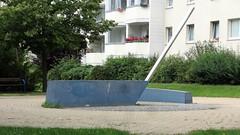 1995 Berlin Sonnenuhr von Günter Maser Edelstahl Innenhof Biesenbrower Straße 103-117 in 13057 Neu-Hohenschönhausen (Bergfels) Tags: skulpturenführer bergfels 1995 1990er 20jh nach1989 berlin sonnenuhr uhr güntermaser gmaser maser edelstahl biesenbrowerstrase 13057 neuhohenschönhausen skulptur plastik beschriftet liebling