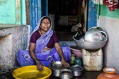 PATTADAKALL : TOUJOURS LA VAISSELLE (pierre.arnoldi) Tags: inde india pattadakall karnataka pierrearnoldi on1raw photoderue photooriginale vaisselle portraitdefemme photocouleur canon6d tamron