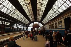 Train arrivé à Lviv (8pl) Tags: quai gare lviv ukraine train gens passagers voyageurs people foule toit rail ferroviaire voûte architecture scènedevie symétrie structure grandestructure