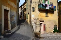 L'heure de l'apéro (Jean-Luc Léopoldi) Tags: rue vieilleville doré soleil balcon linge drying séchage nobody désert montée murs côtedazur arrièrepays sud