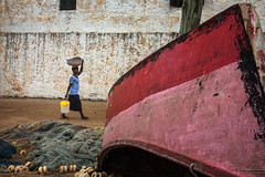 Woman and boat in Elmina (puuuuuuuuce) Tags: ghana elimina boat