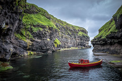 Gjogv Grotto (dam.he) Tags: gjogv leicaq grotte meer bay northatlantic føroyar clouds eysturoyisland leica färöer boot boat faroeislands gjogvgrotto eysturoy färöerinseln wolken bucht