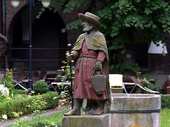 Skt Jacobus in the Bibel Garten of Bremen (robárt shake) Tags: bremen altstadt bibelgarten glocke pilgerer pilgern sculpture statue denkmal nostalgisch nostalgical historical historisch weiser wanderstab hut gewand rot pilger pilgrim wanderer