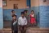 PATTADAKALL : LES ENFANTS, TOUJOURS LES ENFANTS (pierre.arnoldi) Tags: inde india pattadakall karnataka pierrearnoldi photographequébécois canon tamron photoderue photooriginale photodenfants
