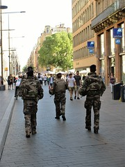 Soldiers with machine guns patroling Rue d'Alsace Lorraine, Toulouse, France (Paul McClure DC) Tags: toulouse france languedoc occitanie occitania july2017 architecture people