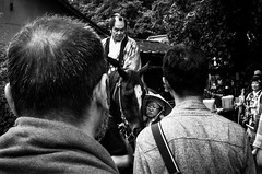 Quand le passé surgit de nouveau (Bloc note Normand) Tags: japan japon japonia jp japanese japonais karuizawa nagano city ville street streetscene streetlife streets streetshot streetphoto streetphotography human social folk medieval horse cheval people head grue samurai lord mono monochrome monochromatic black white noir blanc nb bw noiretblanc noirblanc blackandwhite blackwhite blacknwhite ricoh ricohgr ricohgr2 ricohgrii gr gr2 grii 28mm 28 scene compact composition contrast contraste