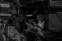Le réparateur (Wal Wsg) Tags: leréparateur elreparador man trabajador worker hombre trabajando argentina buenosaires caba capitalfederal ciudadautonoma ciudaddebuenosaires villacrespo canoneosrebelt3 calle callejeando street streets streetsbw bw blackandwhite