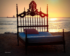 Quarto com vista para o oceano. (verridário) Tags: sony bed beach praia cama sunset mar sea ocean atlantic litoral quarto letto bett κρεβάτι lelit кровать yatak ベッド bedroom zimmer 部屋 房間 комната sonnenuntergang закат tramonto lecoucherdusoleil puestadesol chambre