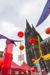 Dekoration beim Chinafest und der Kölner Dom im Hintergrund (marcoverch) Tags: köln nordrheinwestfalen deutschland de balloon ballon festival sky himmel travel reise noperson keineperson outdoors drausen flag flagge celebration feier fun spas traditional traditionell architecture diearchitektur landscape landschaft city stadt religion tourism tourismus color farbe symbol wind building gebäude entertainment unterhaltung dekoration chinafest kölner dom flickr pumpkin hair pentax analog spring rainbow candid pet spiral