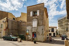 Street View (x1klima) Tags: marseillan occitanie frankreich fr sonya7r ilce7r zeiss batisfe25mmf2 batis225 streetphotography streets streetview candid urbanity urban licht light lights lumière himmel sky clouds wolken bar restaurant pub inn meetingplace saloon cafe barrelhouse lokal gastätte kneipe achitectural architecture architektur building buildings