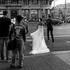 ... Visiones de Madrid ... (Lanpernas 3.0) Tags: madrid spain street calle boda pareja novios prisas granvía gente people square vida