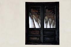 Si algo puede reflejarse, se reflejará (Helena de Riquer) Tags: realmonasteriodeyuste cuacosdeyuste extremadura provinciadecáceres ventana finestra janela window comarcadelavera claustro claustre cloister kloster gótico gòtic gothic gothique fenêtre arc arco arche carpanel reflexe reflet reflejo reflection arquitectura architecture monasterio monastere monastery monestir helenaderiquer 2012 españa spain espanya espagne geometrie geometric geometría sony sonydsch20 nationalgeographic lonelyplanet europa europe carlzeiss