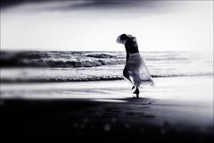 controvento... (senzaspazio) Tags: mare vento donna senzaspazio