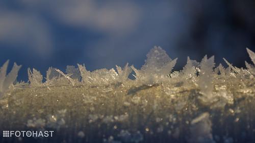 IJkristallen aan de brugleuning