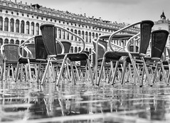 No guests (frank.gronau) Tags: chairs stühle nass rain raining venice venedig weis white black 7 alpha sony gronau frank