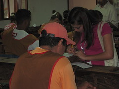 Jóvenes voluntarios aplicando encuesta Fabrica Plasencia