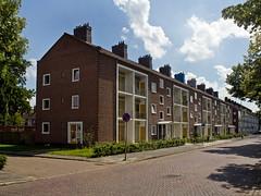 Breda - Edisonstraat (Grotevriendelijkereus) Tags: breda netherlands holland nederland noord brabant building gebouw architecture architectuur appartment appartementen flat portiekflat wederopbouw traditionalistisch