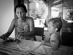 Le goûter avec Elsa (Dahrth) Tags: panasoniclumixgf1 gf120 lumix20mm micro43 microquatretiers microfourthirds cousins kid boy girl children child enfants noiretblanc nb blackandwhite famille family goûter lunch snack cake gâteau brownie