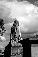 La dama del cementerio (Jo March11) Tags: glasgow escocia scotland cementerio cementeriodeglasgow escultura tumba nubes blancoynegro monocromo ieletxigerra idoiaeletxigerra eletxigerra canon canoneos