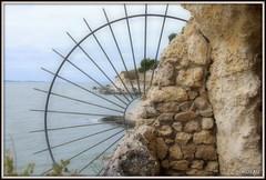 Panorama sur les falaises de Meschers (Les photos de LN) Tags: panorama pointdevue estuaire gironde meschers charentemaritime nouvelleaquitaine grille ferforgé carrelets falaises littoral rochers nature paysage grottesderégulus muraille