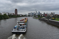 2017 Containerschiff auf dem Main in Frankfurt (mercatormovens) Tags: frankfurt main mainufer city containerschiff skyline hochhäuser ostend