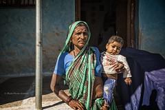 PATTADAKALL: DANS LES BRAS DE GRAND-MÈRE (pierre.arnoldi) Tags: inde india pattadakall karnataka pierrearnoldi photographequébécois portraitdefemme portraitsderue photoderue photooriginale photocouleur canon tamron