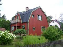 Lokvägen 3, Rimbo (tompa2) Tags: rimbo uppland sverige bostad hus villa balkong flagga