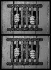 en d'dans, l'avant et l'après (cjuliecmoi) Tags: monochrome prison forthenry sitehistorique voyage vacances personne prisonnier prisoner jail noiretblanc blackandwhite