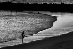 Mar de dudas (AvideCai) Tags: avidecai paisaje playa blancoynegro bn cádiz agua mar gente atardecer momento