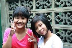 pretty girls send you peace (the foreign photographer - ฝรั่งถ่) Tags: two pretty girls children peace signs khlong thanon portraits bangkhen bangkok canon kiss